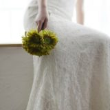 Bride carrying green flowers for a natural wedding look
